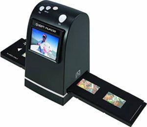 Film 2 SD è dotato di slot per schede SD, in modo da poter eseguire la scansione direttament su SD, SDHC e micro SD card senza bisogno di un computer. Film 2 SD è dotato di una scheda SD da 1GB. Se si dispone di un computer, è anche possibile collegare Film 2 SD utilizzando il cavo USB in dotazione. Quando è collegato al vostro Mac o PC, Film 2 SD è un pratico lettore di schede SD, in modo da poter trascinare le foto dalla scheda sul vostro disco rigido.